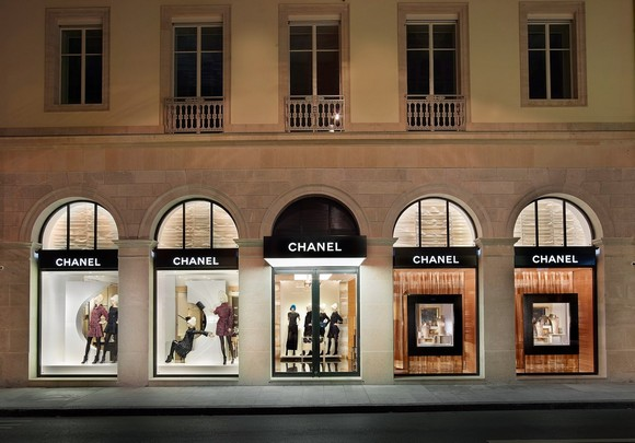 On our tour around Switzerland, today we present what Rue do Rhône offers you and what turns it so enticing.  Luxury Shopping in Geneva: What Rue du Rhône offers you Chanel Boutique Rue do Rh  ne Geneva Basel Shows